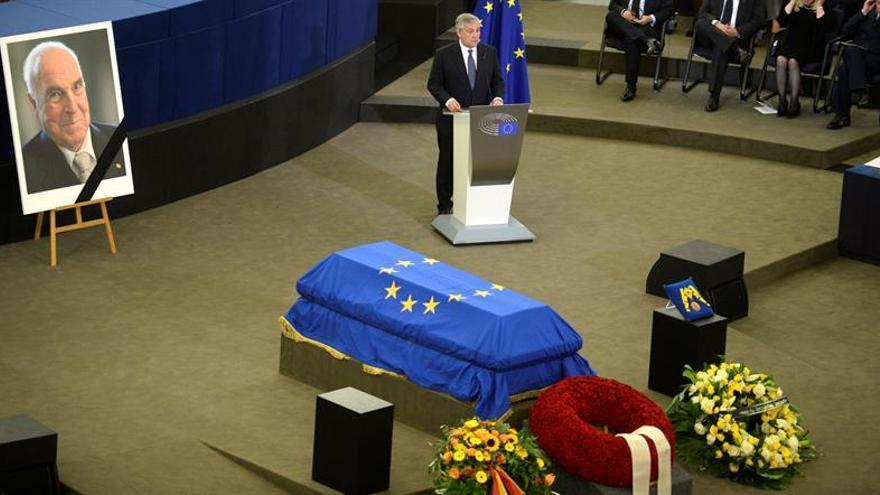 Felipe González recuerda que Helmut Kohl se jugó la cancillería por el euro