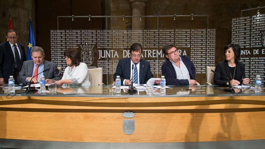 Un plan de, desde la izquierda, empresarios, UGT, Junta, CCOO, y la Consejería de Educación y Empleo
