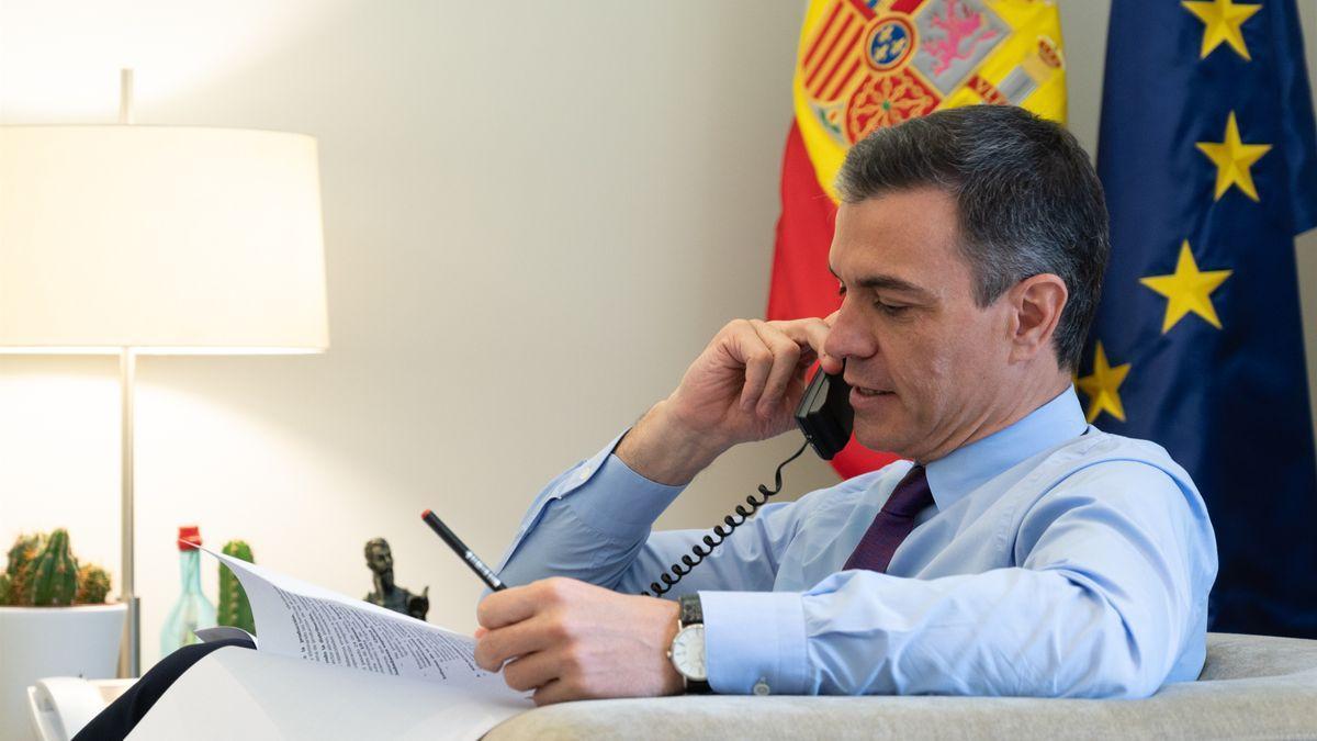 Pedro Sánchez conversa por teléfono desde su despacho en Moncloa.