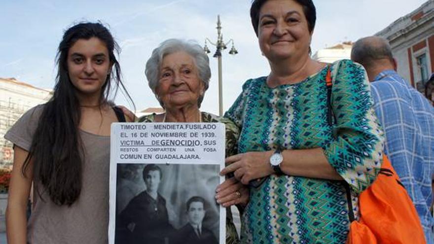 Ascención Mendieta, una de las querellantes, su hija y su nieta en una manifestación.