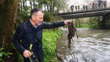 El portavoz del PP de Santiago denuncia la suciedad de un río... ensuciándolo