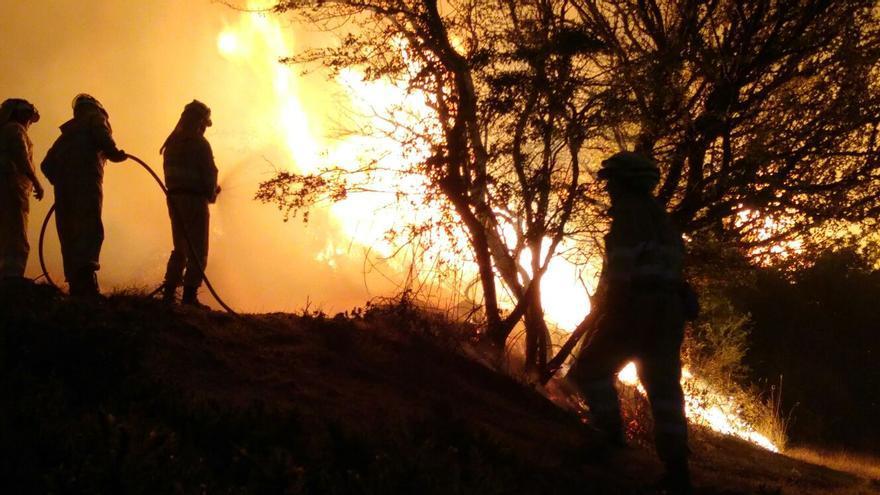 Efectivos de emergencias de la administración local, autonómica y estatal trabajan por tierra y aire en la extinción del incendio.