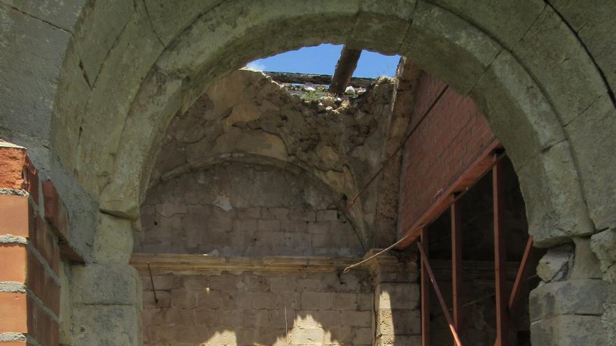 Una de las naves de la iglesia románica de VIllaescusa de Palositos llena de escombro y maleza Foto: Carlos Otero.