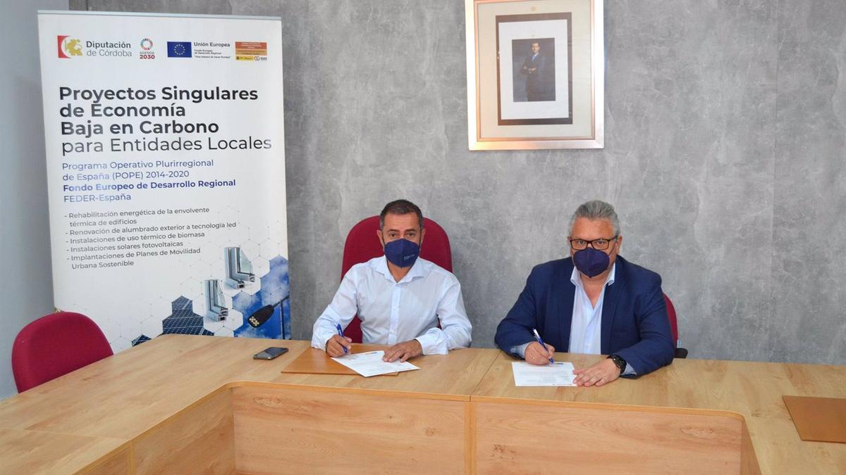 El vicepresidente cuarto de la institución provincial, Esteban Morales (dcha.), en su encuentro con el alcalde de Guadalcázar, Francisco Estepa.