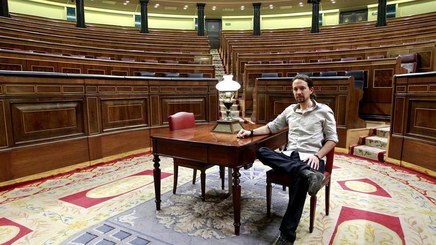 Pablo Iglesias posa en el hemiciclo del Congreso / Foto: Marta Jara