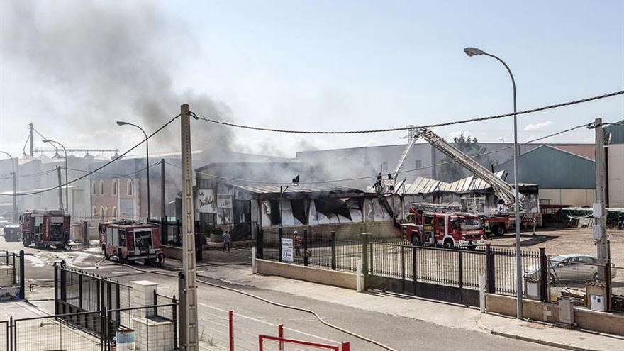 Un incendio arrasa una fábrica de morcillas en el polígono de Aranda (Burgos)