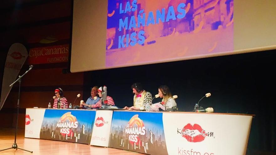Un momento de la grabación del programa de radio del grupo Kiss Media