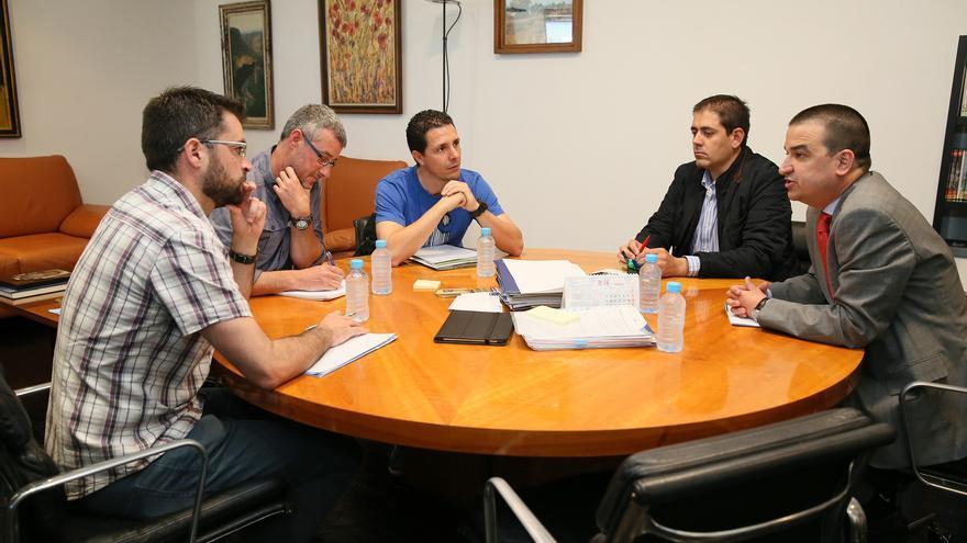 Reunión entre el consejero de Medio Ambiente y agentes medioambientales / JCCM