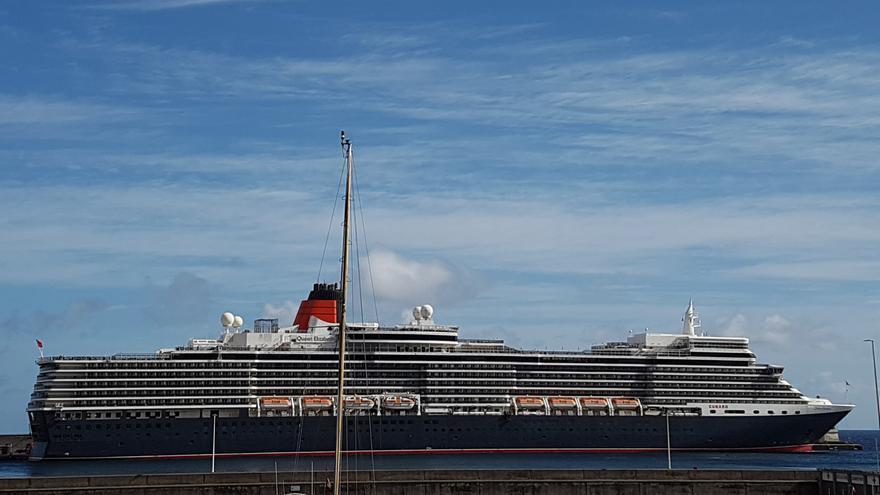 El buque  'Queen Elizabeth' este domingo, 11 de diciembre, en el dique Este del Puerto de Santa Cruz de La Palma Foto. LA PALMA AHORA.