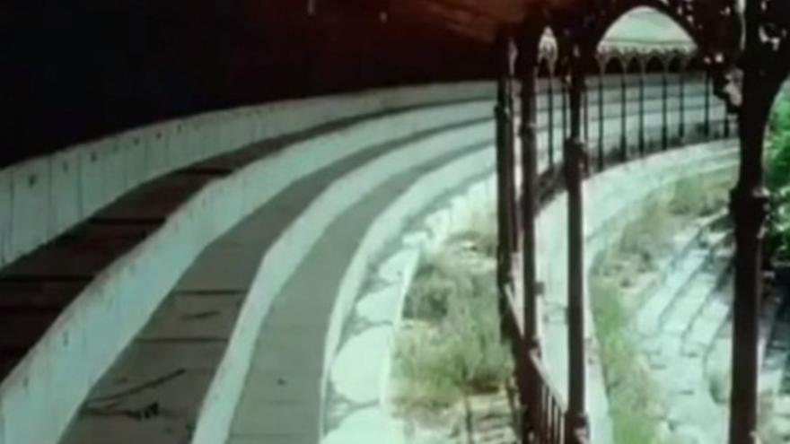 Tendido de la plaza, con los arcos de forja y las gradas