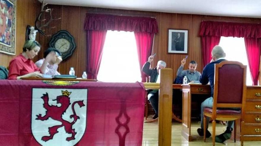 Un momento de la aprobación, por unanimidad, de la moción por la autonomía de la Región Leonesa.