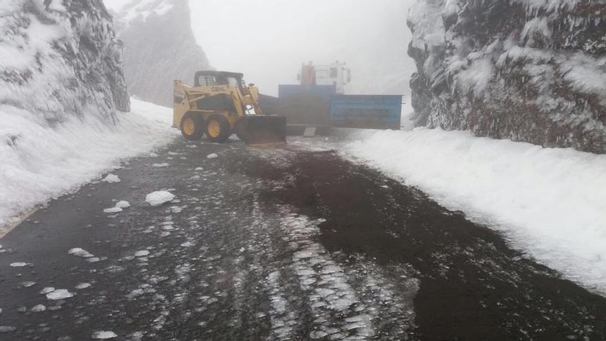 En la imagen, este martes, el equipo de Carreteras del Cabildo, actuando en el tramo de Los Andenes, congelado y cubierto de hielo y nieve, en la vía de acceso al Roque de Los Muchachos.