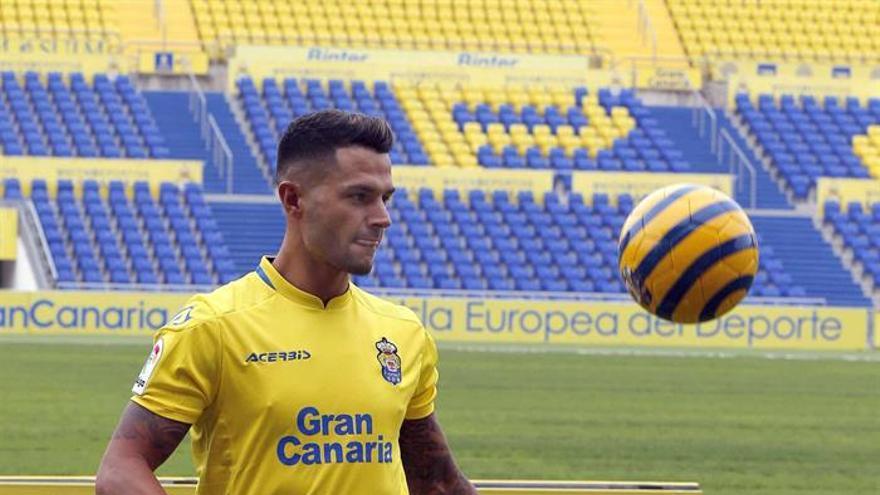 El futbolista Víctor Machín, Vitolo, en el estadio de Gran Canaria, durante su presentación como jugador de la UD Las Palmas. EFE/Elvira Urquijo A.