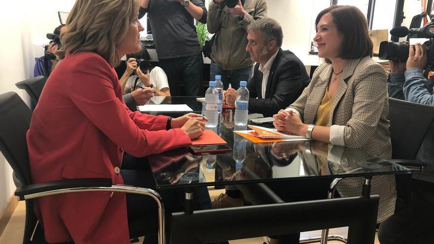 Pilar Alegría (izqda) y Sara Fernández (dcha) al comienzo de la reunión mantenida este martes.