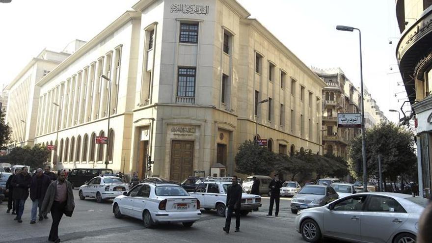 El Banco Central egipcio liberaliza el cambio de la moneda local ante la crisis
