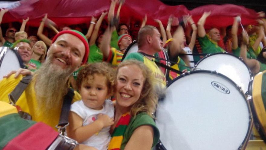 Aficionados de Lituania animando a su selección en el Gran Canaria Arena.