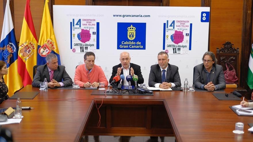 El presidente del Cabildo de Gran Canaria, Antonio Morales, junto al vicepresidente Ángel Víctor Torres, el alcalde de La ALdea, Tomás Pérez y el de Agaete, Ramón Trujillo y el el portavoz de Foro Roque Aldeano, Rafael Ramos.