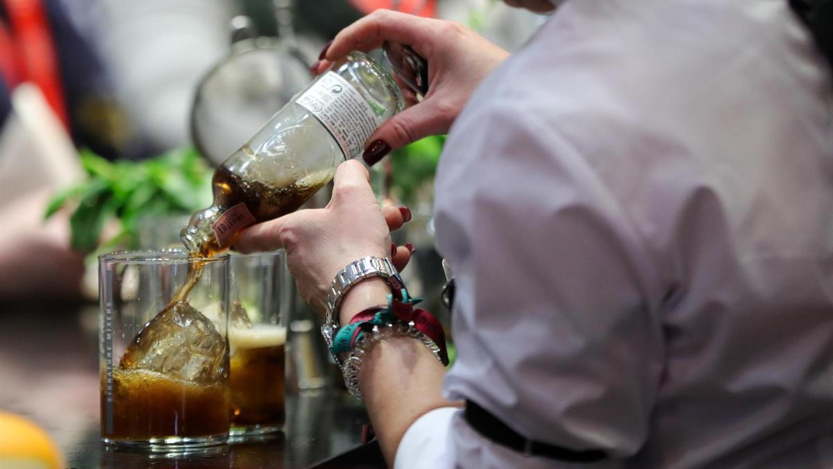 Un camarero prepara una bebida