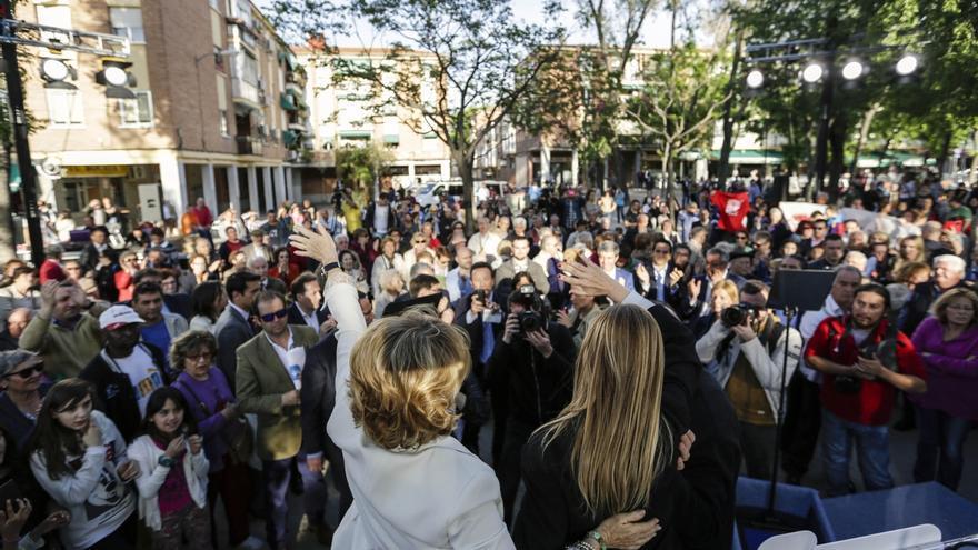 Aguirre y Cifuentes ceden el micrófono a los antidesahucios que las increpan en un mitin en Madrid