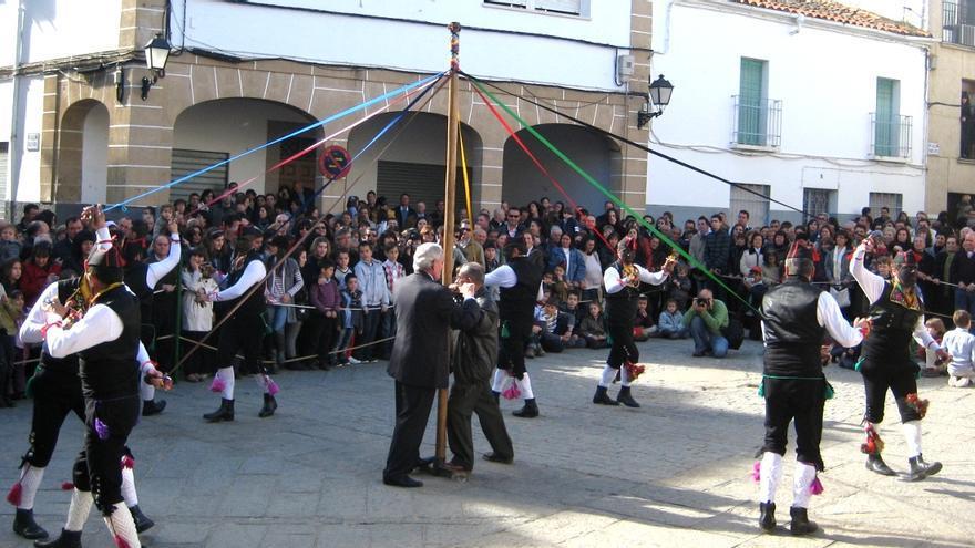 Los 'Negritos' recorren las calles de la localidad al son de la flauta y el tamboril / http://www.turismoextremadura.com/