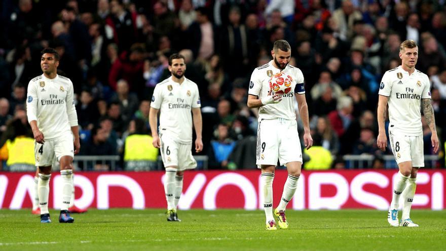 Los jugadores del Real Madrid, abatidos durante su partido contra el Ajax