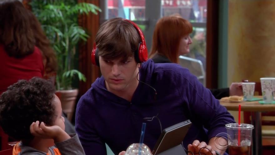 Ashton Kutcher ha llevado los auriculares de SMS Audio en varios capítulos de 'Dos hombres y medio'
