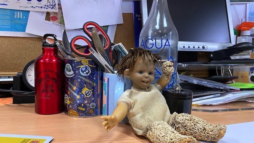 La muñeca hallada en Los Alcázares en el despacho en el Departamento de Ciencias del Mar y Biología Aplicada de la Universidad de Alicante / ISABEL RUBIO