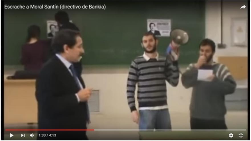 Escrache a José Antonio Moral Santín por Miguel Ardanuy, que lee un manifiesto, y otros alumnos de la Universidad Complutense.