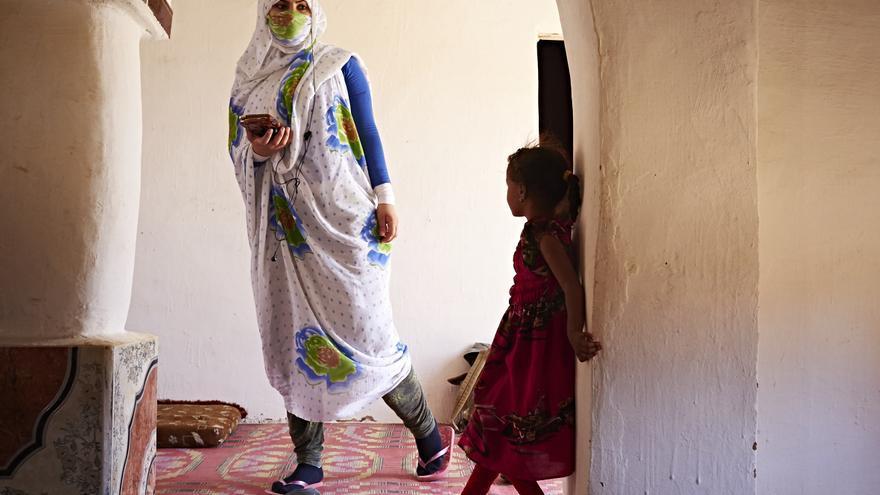 Refugiada saharaui en Tinduf escucha la radio