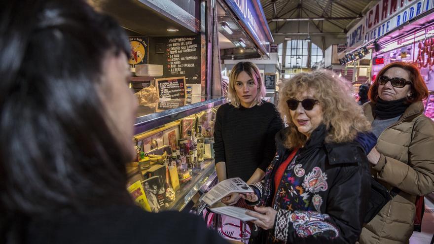 Mujeres en un mercado cercano a Alto de Extremadura reparten folletos e informan sobre la huelga feminista.