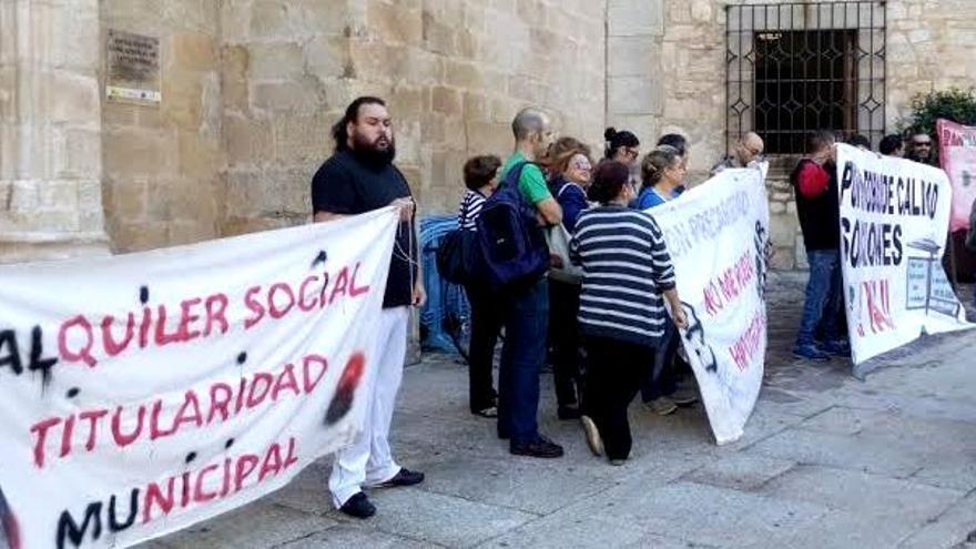 Protesta de los vecinos de Aldea Moret durante un pleno municipal