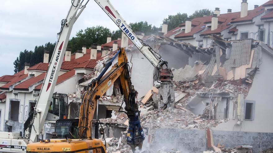 Las palas han comenzado este viernes a demoles las 214 casas ilegales del Alto del Cuco.   J.G. SASTRE