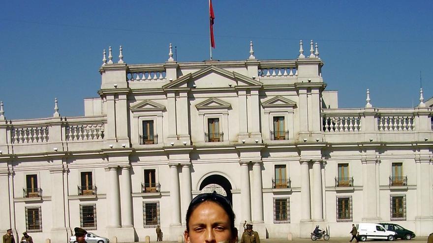 Carolina Huaman Oyague, hermana de una de las víctimas de La Cantuta se manifiesta con fotos de víctimas frente al palacio de La Moneda, en Chile. // Private