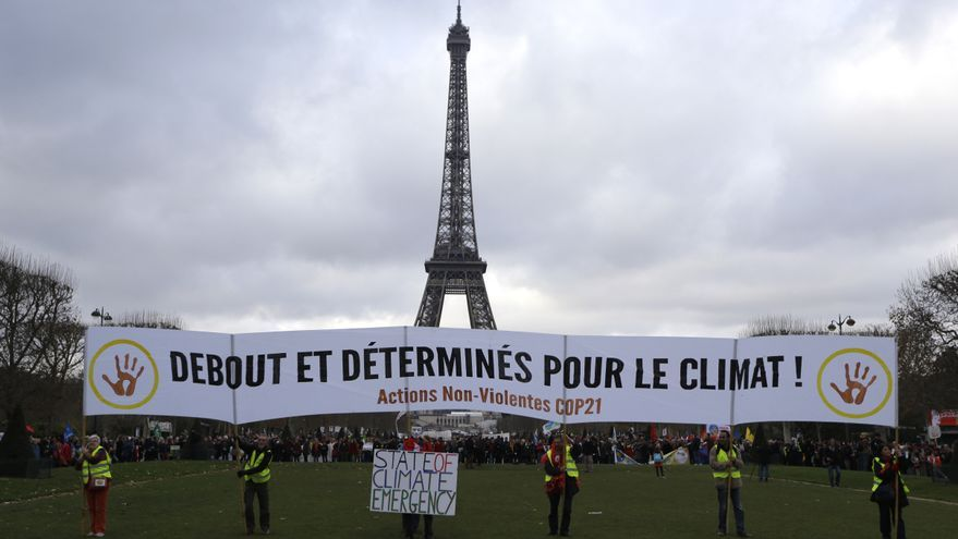 Manifestación frente a la Torre Eiffel, en París, durante el COP21 en 2015 / AP Photo/Matt Dunham