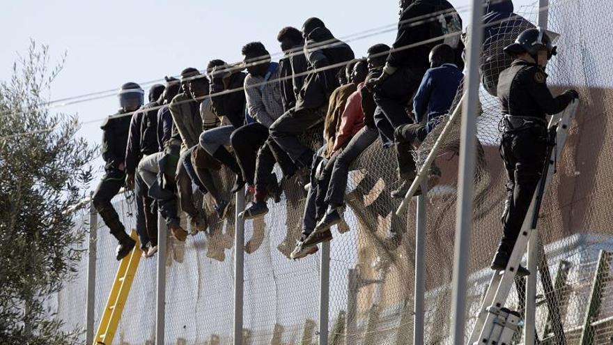 Varias decenas de inmigrantes logran entrar a Melilla saltando la valla