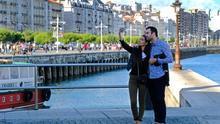 Dos turistas se hacen un selfie en el paseo marítimo de Santander. | ARCHIVO