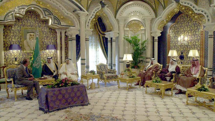 MARBELLA (MALAGA), 27.08.2002.- El Rey Juan Carlos conversa con el Rey Fahd de Arabia Saudí durante la visita que realizó hoy al monarca árabe en el Palacio que posee en Marbella (Málaga) y en el que ambos celebraron una entrevista de carácter privado similar a la que mantuvieron por última vez el 19 de julio de 1999.