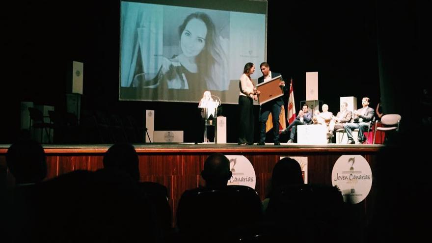 En la imagen, Paloma Suárez recibiendo el accesit del Premio Joven Canarias.