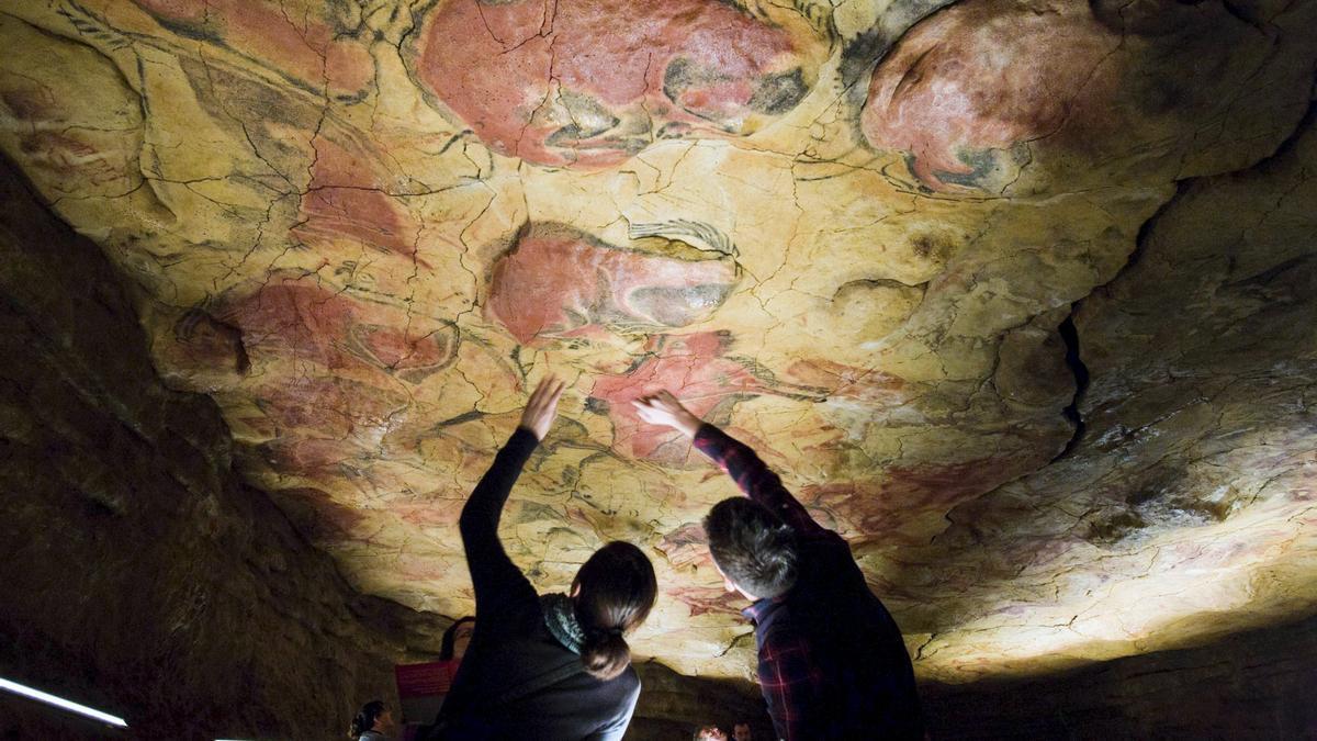 Turistas observan las pinturas rupestres en la réplica de las Cuevas de Altamira, en el Museo de Altamira. EFE/Alberto Aja/ Archivo