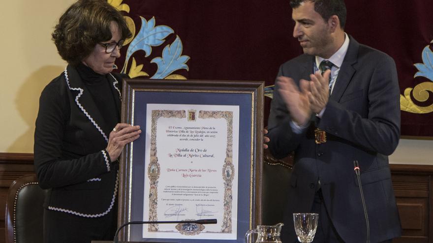Carmen Nieves Luis García, la distinguida, y el alcalde realejero Manuel Domínguez