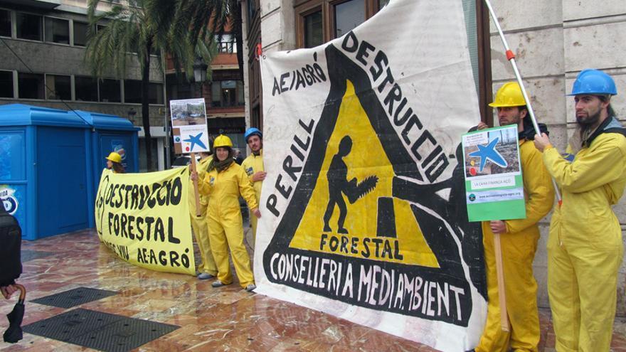 Activistas de Acció Ecologista-Agró se concentran ante las puertas de La Caixa