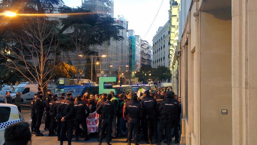 La policía aleja del Congreso a manifestantes de la PAH. / Aitor Riveiro