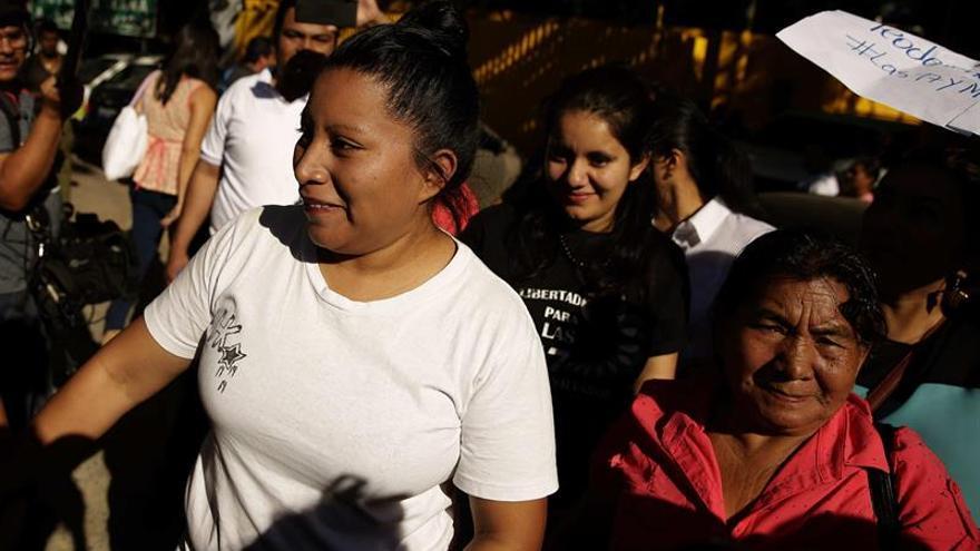 El Salvador corrige la plana y sorprende al liberar a una condenada por aborto