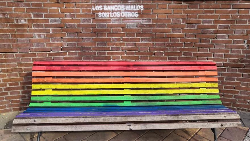 Uno de los 'bancos invertidos' que han sido pintados a modo de protesta contra la lgtbifobia
