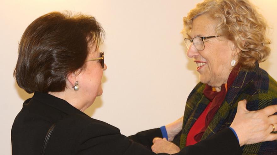 Aurora León saluda a la alcaldesa de Madrid, Manuela Carmena