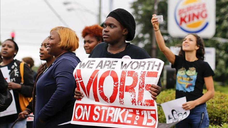 Protestan en EE.UU. en pro de mejores salarios para los empleados de las cadenas de comidas rápidas
