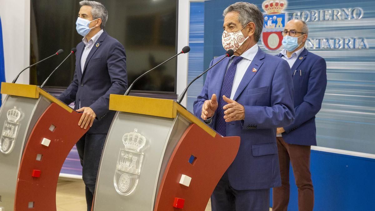 El presidente de Cantabria, Miguel Ángel Revilla, el vicepresidente, Pablo Zuloaga, y el consejero de Sanidad, Miguel Rodríguez.
