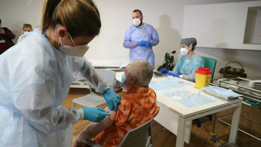 Archivo - Primeras vacunas de Pfizer aplicadas en Asturias contra el COVID-19