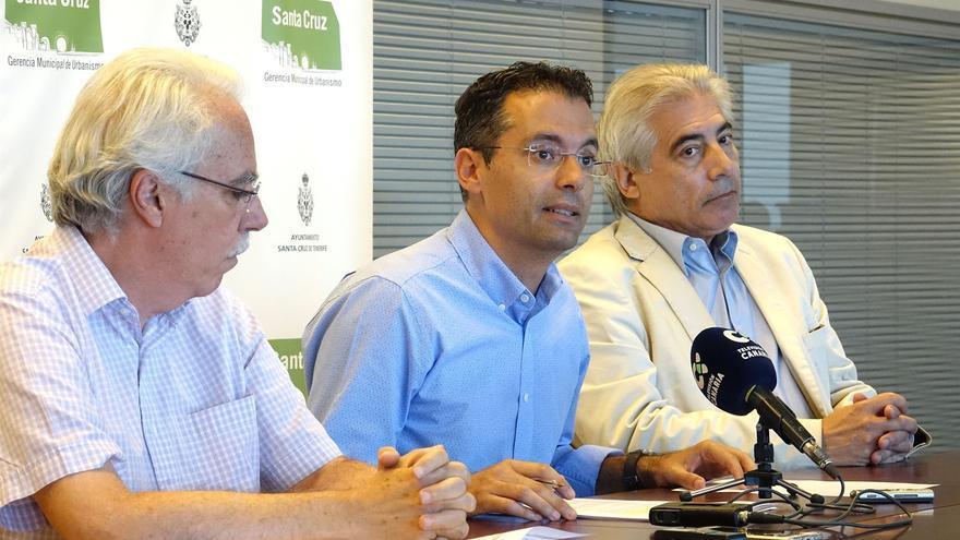 Carlos Tarife (centro), concejal de Urbanismo en Santa Cruz, del PP, junto a los redactores del plan del Antiguo Santa Cruz