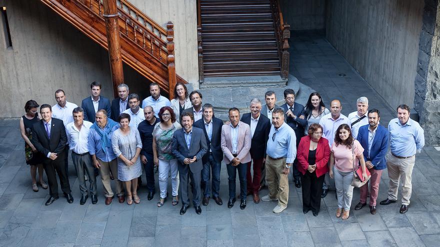 Representantes del Gobierno, Cabildo y ayuntamientos tras el acuerdo sobre el anillo insular / Fotografía Cabildo de Tenerife